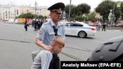Poliția face arestări în timpul unui miting din St. Petersburg
