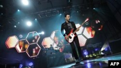 Британская группа Muse (на снимке - ее гитарист Кристофер Уолстенхольм) представила гимн Олимпиады-2012