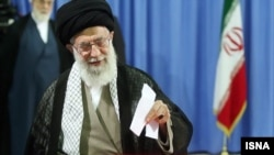 Ayatollah Ali Khamenei, lideri suprem i Iranit, gjatë votimit të sotëm