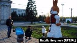 Decoraţiuni în parcul catedralei din Chişinău, aprilie 2017