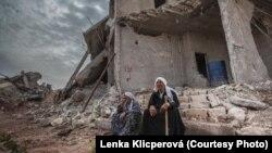 Жители Кобани у своего разрушенного дома