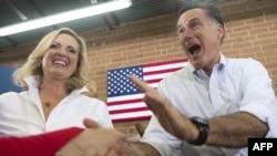 Митт Ромни жубайы менен Түндүк Каролинада. 12-август, 2012-жыл.