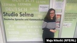 Selma Rakovac na ulazu škole koju vodi