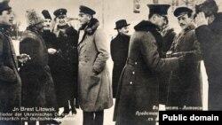 Представники України спілкуються із німецькими офіцерами. 1918 рік