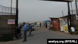 Въезд на территорию рынка в Шымкенте. 6 мая 2014 года.