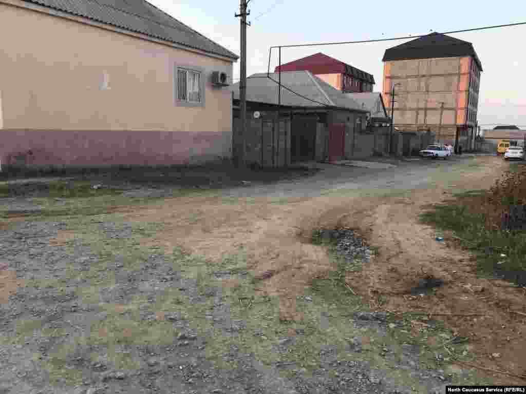 Из-за плохих дорог и грязи на улицах осенью многие жители окраины Махачкалы переобуваются в галоши (район учхоза).