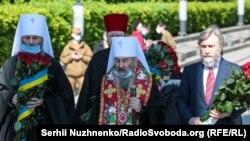 Митрополит Онуфрій і близько 10 священників і ченців поклали квіти до Вічного вогню в Парку Слави у Києві та відслужили там пам'ятний молебен з нагоди Дня перемоги над нацизмом у Другій світовій війні