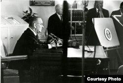 Президент Джонсон обращается к нации в связи с уличными беспорядками в городах Америки. 27 июля 1967 года. Фото Йочи Окамото.