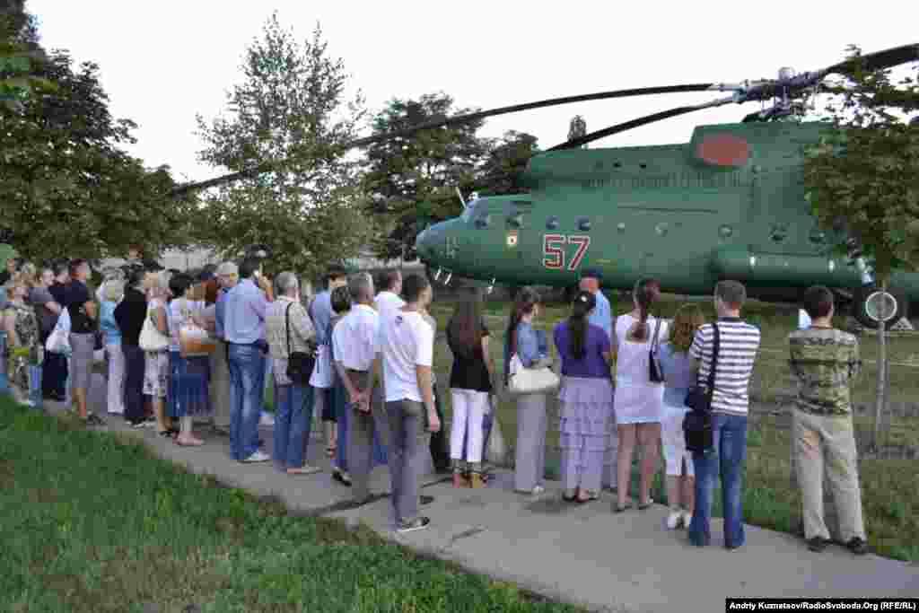 Автобуси ледве вмістили всіх охочих потрапити до авіаційного музею при Луганському авіаремонтному заводі