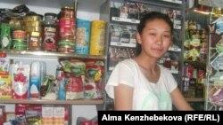 Жанерке Алимова, владелица магазина на первом этаже жилого дома. Алматы, 15 июня 2014 года.