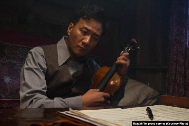 Қытайлық композитор Сянь Синхайдың рөлін сомдаған актер Ху Цзюнь.