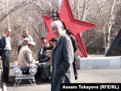 Ақмол ауылы тұрғындары Сталин репрессиялары құрбандары ескерткіші жанында карта ойнап отыр. 14 сәуір 2011 жыл.