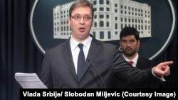 Aleksandar Vučić na konferenciji za novinare pokazuje ugovor za Air Serbia