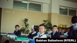 Ученики начальных классов в школе в Алматинской области.