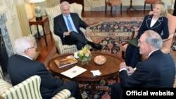 АКШ Мамкатчысы Хиллари Клинтон, Жакынкы Чыгыш боюнча АКШ президентинин чабарманы Жорж Митчелл, Израил премьер-министри Бенямин Нетаняху, Палестин лидери Махмуд Аббас. Вашингтон. 2-сентябрь 2010