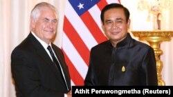 رکس تیلرسون در کنار نخست وزیر تایلند