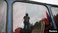 Ushtari i KFOR-ir duke qëndruar në afërsi të një barrikade, foto arkiv.