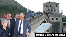 S lijeva na desno: Irina Bokova, Mladen Ivanić i Ljubo Bešlić na Starom mostu, Mostar, 3. juli 2015.