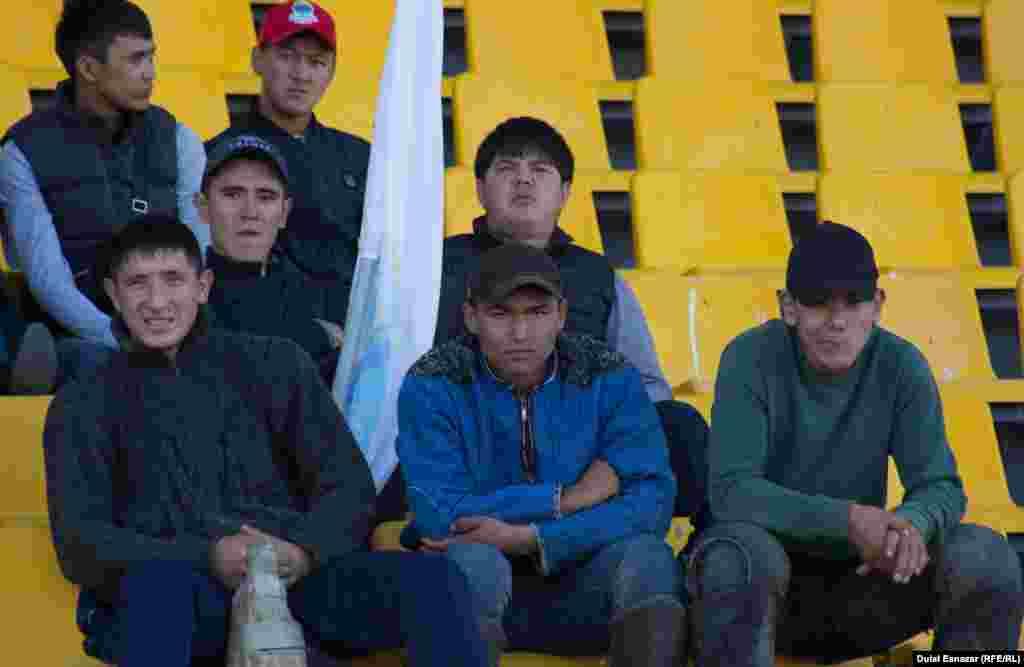 """""""Қазанат"""" ипподромында ұлттық ойын түрлерінен өтіп жатқан жарысты тамашалап отырған көрермендер. Астана, 16 қыркүйек 2018 жыл."""