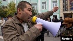 Сторонник кандидата в президенты Камчибека Ташиева на центральной площади в южном городе Оше