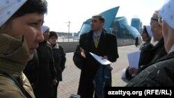 Правозащитник Вадим Курамшин беседует с родственниками заключенных, которые хотят подать жалобу на их условия содержания в тюрьмах. Астана, 1 апреля 2011 года.