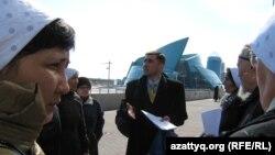 Правозащитник Вадим Курамшин стоит в окружении родственников заключенных. Астана, 1 апреля 2011 года.