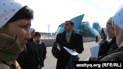 Правозащитник Вадим Курамшин стоит в окружении родственников осужденных. Астана, 1 апреля 2011 года.
