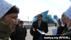 Гражданский активист Вадим Курамшин стоит в окружении родственников осужденных. Астана, 1 апреля 2011 года.