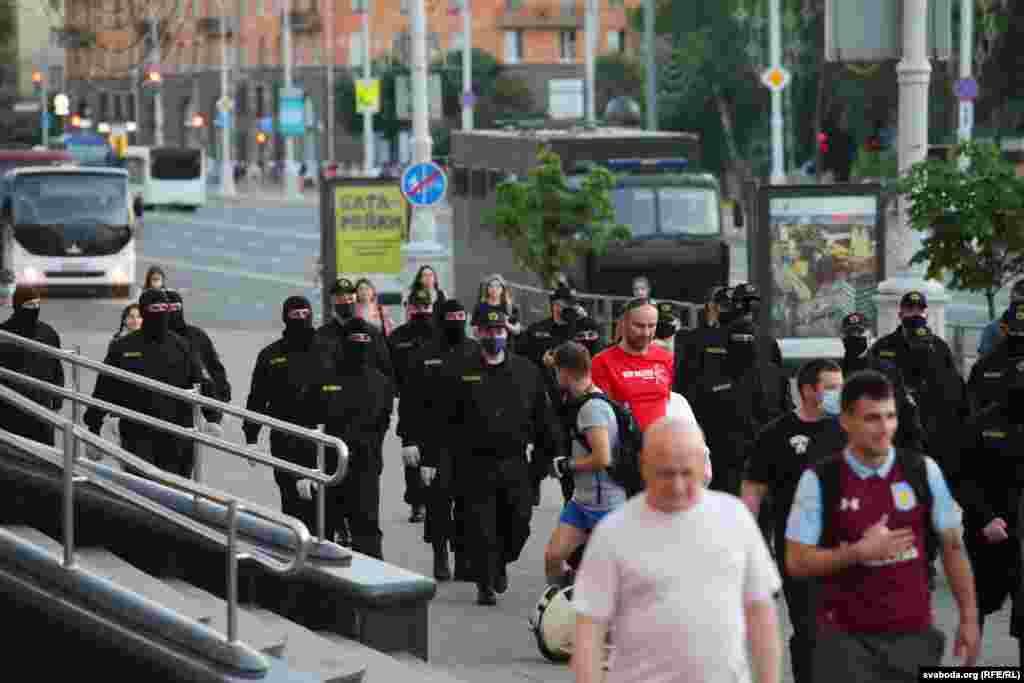 Представники поліції здійснюють патрулювання вулиці у Бобруйську, 19 червня 2020 року