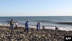 Волонтеры, занимающиеся очисткой побережья острова Реюньон в Индийском океане, ищут новые обломки самолета, 5 августа 2015 года.