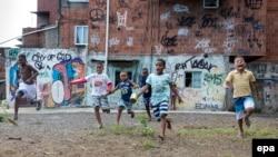 U 2013. godini je 19,5 odsto dece živelo u domaćinstvima u zemljama u razvoju sa prihodima od 1,90 dolara dnevno