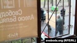 """На снимке: конфискация собственности правозащитного центра """"Вясна"""" в Минске, 26 ноября 2012 года"""