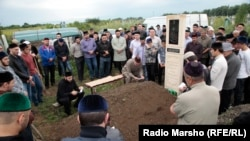 Mourners gathered around the grave of 27-year-old Ibragim Todashev for a burial ceremony on June 20 in Grozny, the Chechen capital.