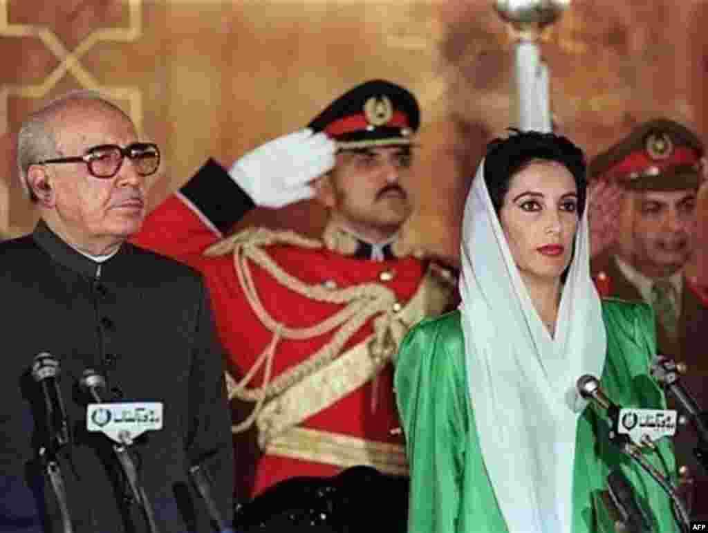 در روز دوم دسامبر سال 1988 میلادی، بی نظیر بوتو به عنوان نخست وزیر پاکستان سوگند یاد کرد و در این عکس در حال گوش سپردن به سرود ملی پاکستان است.