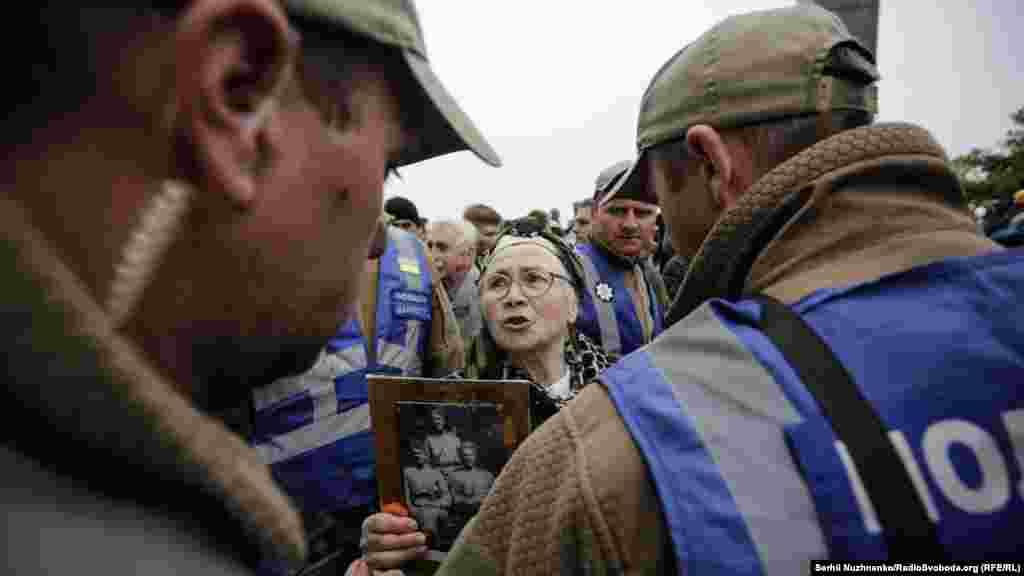 Усе ж між учасниками руху й націоналістами часто тривали словесні пересварки. Здебільшого лунало «Фашизм нє пройдьот!», «Рашизм не пройде!». Загалом у бік націоналістів лунали погрози