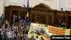 Опозиція блокує трибуну парламенту, 24 травня 2012 року