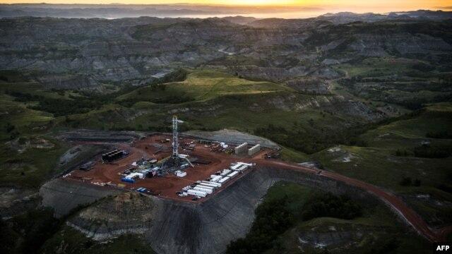 Добыча сланцевой нефти в Северной Дакоте. В ближайшие пять лет, по прогнозам Международного энергетического агентства, США обеспечат почти половину прироста  общемировой добычи нефти.