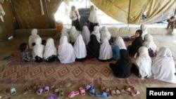 Okuwçy gyzlar çadyrda açylan klaslarda okaýarlar. Jalalabad, 4-nji oktýabr, 2012 ý.