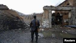 Ауған полиция өкілі Кабулдағы шабуыл жасалған мейрамхананың алдында тұр. 2 қаңтар 2016 жыл. (Көрнекі сурет.)