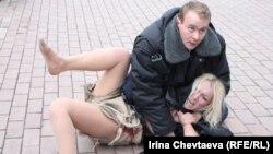 Сайлау нәтижесіне наразылық білдірген оппозицияны қолдауға келген Femen ұйымының белсендісін милиция ұстап алды. Мәскеу, 9 желтоқсан 2011 жыл.
