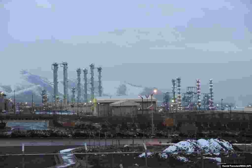 IRAN - Светските сили го повикаа Техеран да се придржува кон нуклеарниот договор од 2015 година откако Иран соопшти дека ги зголемил залихите на збогатен ураниум. Меѓународната агенција за атомска енергија соопшти дека нејзините инспектори утврдиле дека границата од 300 килограми на збогатен ураниум е надмината.