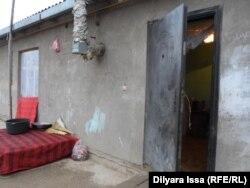 Вход в однокомнатный домик, где живет эта многодетная семья Дарибаевых. Шымкент, 5 декабря 2015 года.