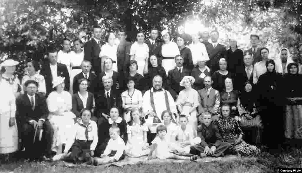 """Comunitatea poloneză după serviciul religios de hramul bisericii, printre care și mama Ekaterinei Iajgunovici (dreapta, așezată). """"Pe originalul fotografiei, mama și-a zgâriat fața, nu-i plăcea cum arată"""", a spus Ekaterina. Soroca, 1936"""