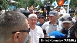 Қирғизистон экс-президенти Алмазбек Атамбаев митингда. Бишкек, 2019, 8 июнь.