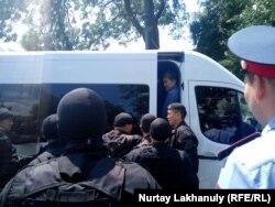 Полиция азаматтарды ұстап, газельге отырғызып жатыр. Алматы, 9 маусым 2019 жыл.