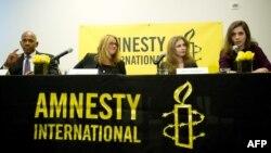 Mașa Alyokhina și Nadejda Tolokonikova la conferința de presă de la New York, alături de Steven Hawkins, directorul executiv al Amnesty International și Ann Burroughs, președinta consiliului de administrație american al organizației