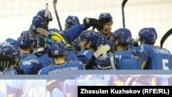 Қазақстан құрамасының хоккейшілері бірін-бірі финалға шығуларымен құттықтап жатыр. Астана, 5 ақпан 2011 жыл. (Көрнекі сурет)