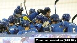 Сборная Казахстана поздравляет себя с победой в финале хоккея с шайбой, Астана, 5 февраля 2011 года.