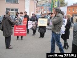 """2013 yil oktyabr oyi, """"Yordam"""" o'zbek jurnalisti S.Naumov himoyasiga piket o'tkazmoqda"""
