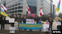 Белорусские активисты проводят проукраинскую акцию протеста. Брюссель, 25 марта 2015 года.